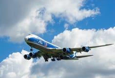 Um avião comercial do jato em um céu azul Fotos de Stock