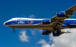 Um avião comercial do jato em um céu azul Fotos de Stock Royalty Free