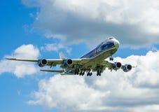 Um avião comercial do jato em um céu azul Imagens de Stock Royalty Free