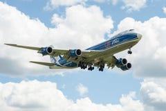 Um avião comercial do jato em um céu azul Foto de Stock Royalty Free