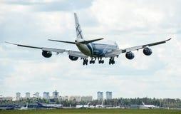 Um avião comercial do jato em um céu azul Fotografia de Stock