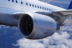 Um avião comercial em voo, grande opinião do close-up do motor foto de stock