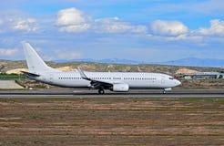 Um avião comercial não marcado imagem de stock