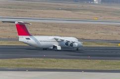 Um avião comercial na pista de decolagem de um começo do aeroporto Imagens de Stock Royalty Free