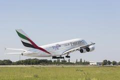 Um avião comercial que toma sobre a pista de decolagem do aeroporto Fotografia de Stock Royalty Free
