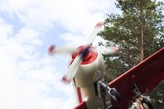 Um avião de um único motor do vintage com os parafusos que voam sobre as árvores Close-up foto de stock royalty free