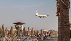 Um avião de Aegean Airlines Airbus acima do bef da praia de McKenzie apenas foto de stock royalty free