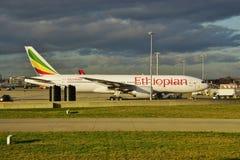 Um avião de Boeing 777 de Ethiopian Airlines (E) fotografia de stock royalty free