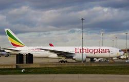 Um avião de Boeing 777 de Ethiopian Airlines (E) fotos de stock royalty free