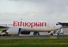 Um avião de Boeing 777 de Ethiopian Airlines (E) imagem de stock