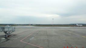Um avião de passageiro branco está movendo-se ao longo da tira do aeródromo video estoque