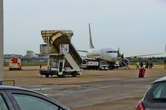 Um avião de passageiros de Ryanair apenas aterrou fotografia de stock