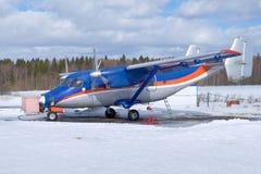 Um avião está no aeroporto pequeno Preparação para o voo fotos de stock