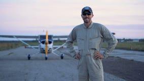 Um aviador em uma pista de decolagem, fim acima video estoque