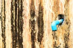 Um azul da tubulação na parede velha Fotografia de Stock Royalty Free