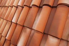 Um azulejo clássico na forma e na cor Tampa durável mesma do telhado imagens de stock
