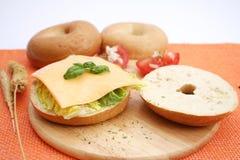 Um bagel com queijo Fotografia de Stock