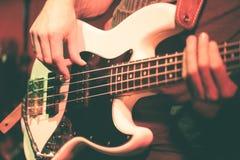 Um baixista executa vivo fotos de stock royalty free