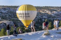 Um balão de ar quente em Goreme na região de Cappadocia de Turquia Foto de Stock