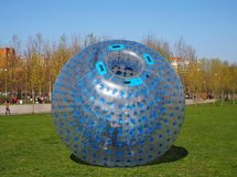 Um balão gigante da bolha para jogos infláveis exteriores com uma pessoa dentro dele, zorbing fotografia de stock royalty free
