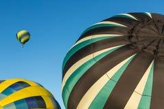 Um balão no ar, dois na terra Imagem de Stock