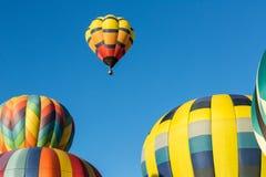 Um balão no ar, quatro na terra Fotografia de Stock Royalty Free