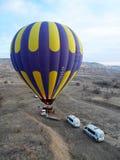 Um balão que prepara-se para a partida, Cappadocia, Turquia Imagem de Stock
