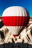 Um bal?o s? no c?u acima das montanhas Bal?es no c?u sobre Cappadocia no nascer do sol Mover-se colorido do bal?o de ar quente fotografia de stock