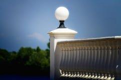 Um balaústre com lâmpada esférica imagens de stock royalty free