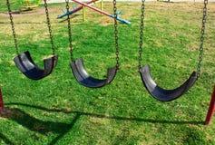 Um balanço feito dos pneus no gramado playground fotografia de stock royalty free