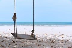 Um balan?o de madeira na praia fotos de stock