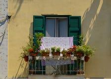 Um balcão com potenciômetros e lavanderia, Salerno fotografia de stock royalty free