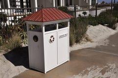 Um balde do lixo de madeira na praia de Coronado Foto de Stock