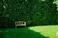 Um banco de madeira em um jardim bonito Fotografia de Stock