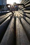 Um banco de madeira longo toma sol nos últimos segundos na luz solar do dia Foto de Stock Royalty Free