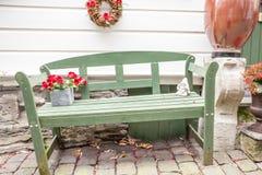Um banco de madeira na rua Foto de Stock Royalty Free