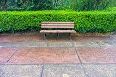 Um banco de madeira para o abrandamento no jardim de Memorial Hall Imagens de Stock