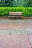 Um banco de madeira para o abrandamento no jardim de Memorial Hall Fotografia de Stock Royalty Free