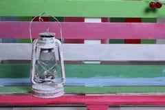 Um banco e um fundo de cores diferentes Imagem de Stock