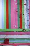 Um banco e um fundo de cores diferentes Imagens de Stock Royalty Free