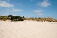 Um banco nas dunas Fotos de Stock Royalty Free