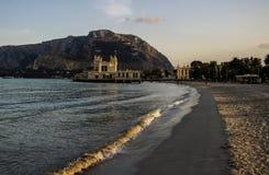 Um banho antigo do mar iluminado pelo sol de ajuste Imagem de Stock Royalty Free
