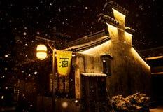 Um bar pequeno na cidade pequena Imagens de Stock