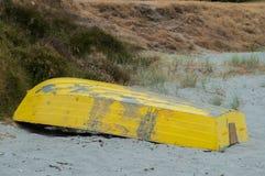 Um barco abandonado na costa Fotos de Stock Royalty Free