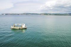 Um barco abandonado no mar na Croácia Fotografia de Stock