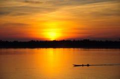 Um barco com ascensão do sol imagens de stock