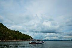 Um barco com o viajante em Tailândia Fotos de Stock