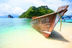 Um barco da cauda longa senta-se na praia Foto de Stock Royalty Free