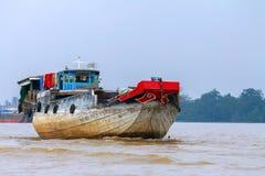 Um barco de carga, o rio, o Mekong Fotografia de Stock Royalty Free