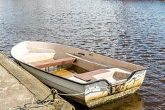Um barco de enfileiramento velho na água imagens de stock